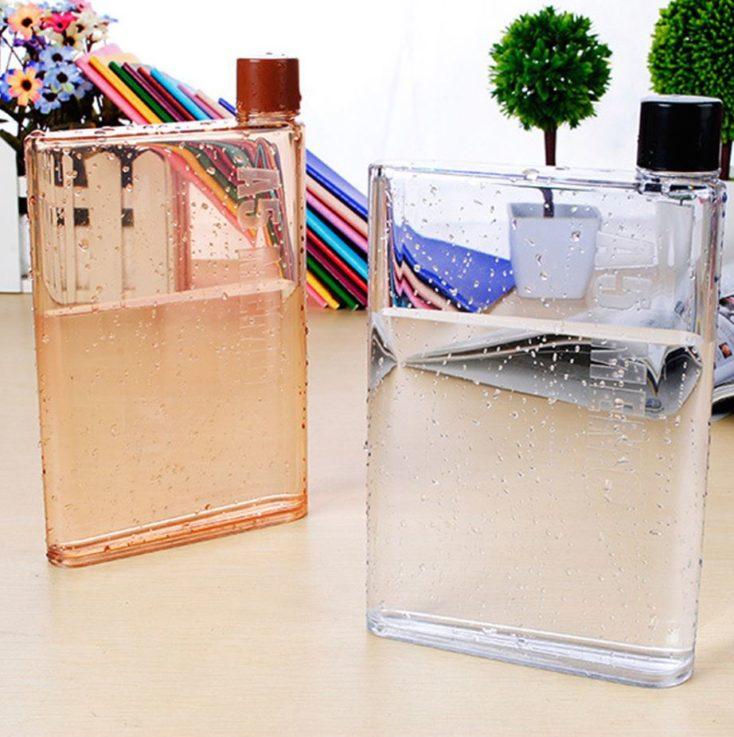 Trinkflasche mit Wasser.