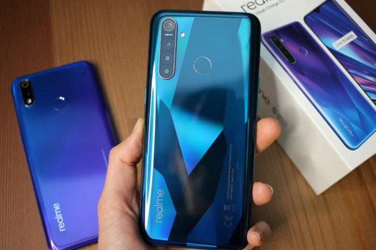 Realme 5 Pro Smartphone Ruckseite in Hand