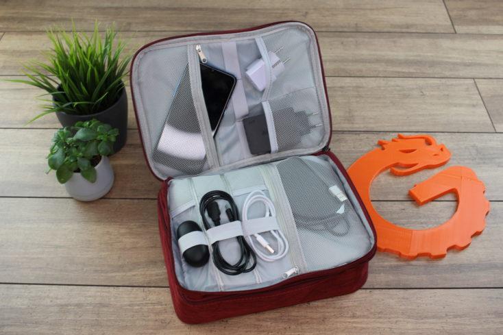 Reise Organizer Tasche offen mit vielen Gadgets.