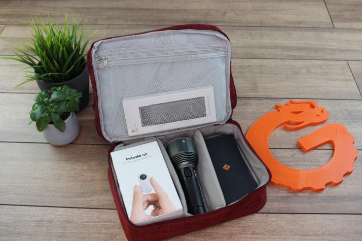 Reise Organizer Tasche offen mit großen Gadgets.