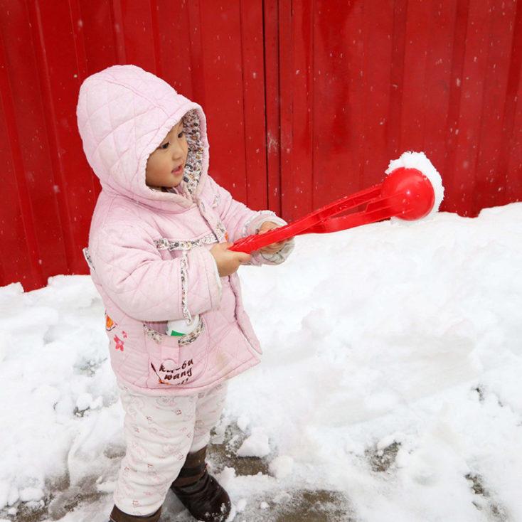 Schneeballformer mit Kind