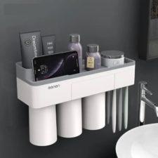 Badezimmer-Organizer an der Wand.