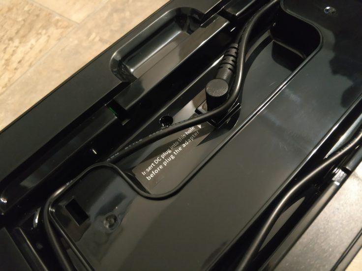 Lenovo X1 Saugroboter Ladestation Rueckseite Kabel aufrollen