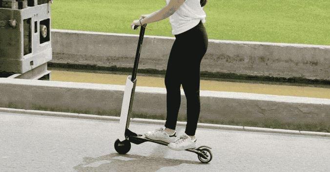 Mantour X E Scooter Fahrt Frau