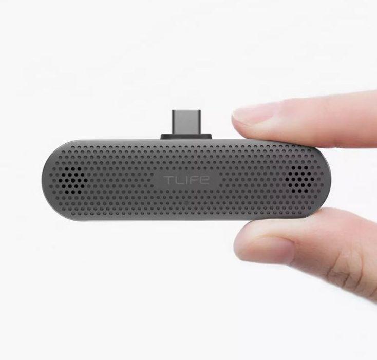 T-Life Mikrofon in der Hand.