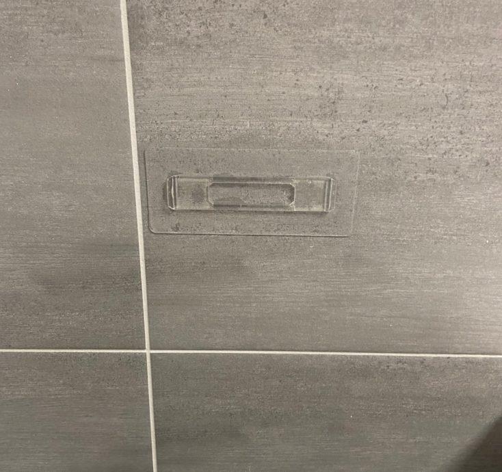 Badezimmer Organizer Halterung an Fliesen.