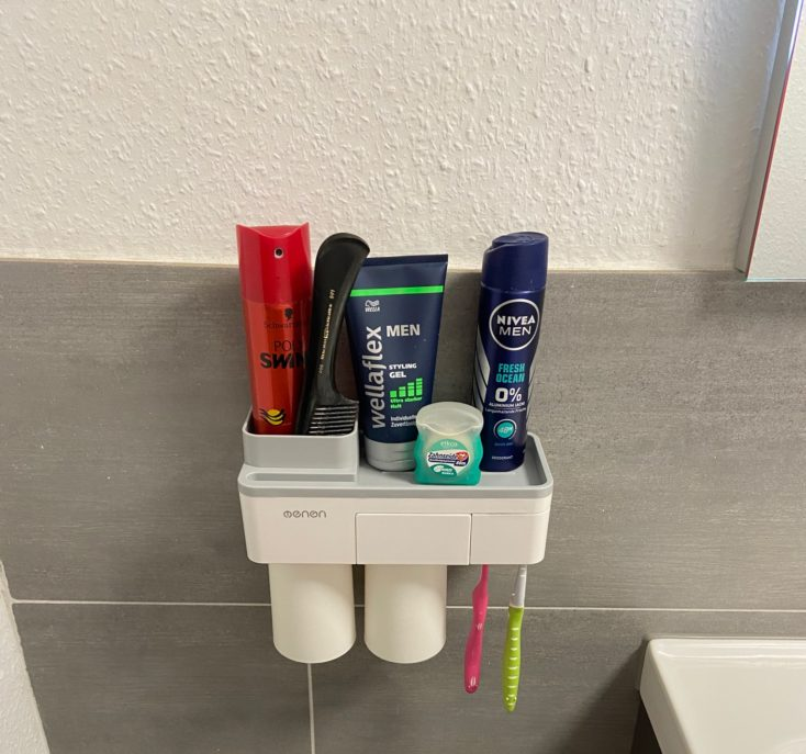Badezimmer Organizer voll beladen.