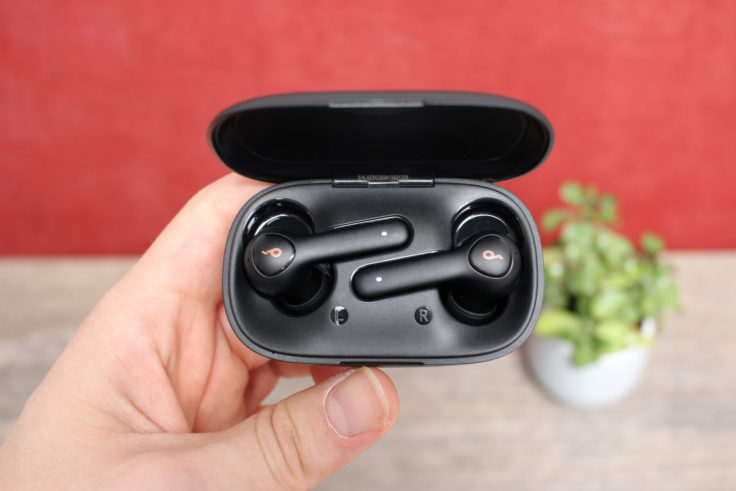 Anker Soundcore Life P2 in der Hand