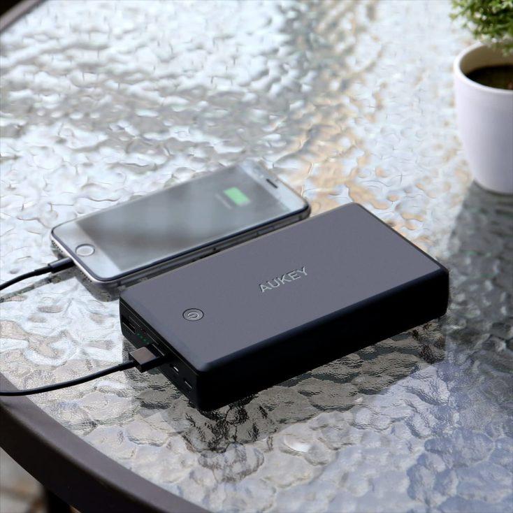 Aukey Powerbank 25600 auf einem Tisch