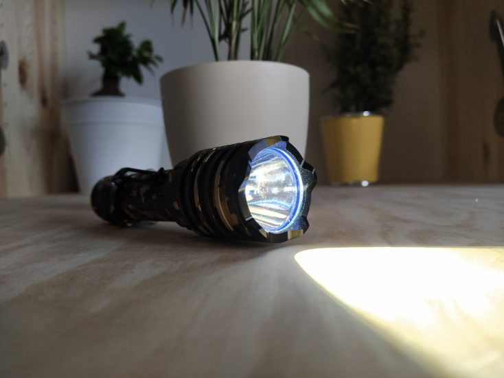 Olight Warrior X Pro Taschenlampe LED angeschaltet