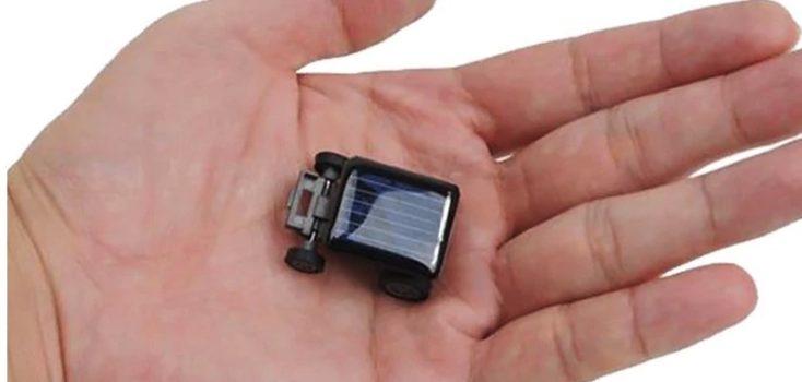 Solarauto Groesse mit Hand