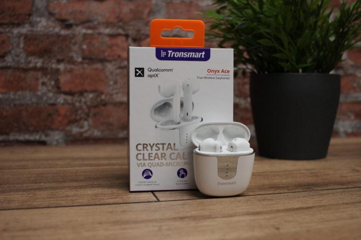 Tronsmart Onyx Ace Kopfhoerer offene Ladeschale mit Verpackung