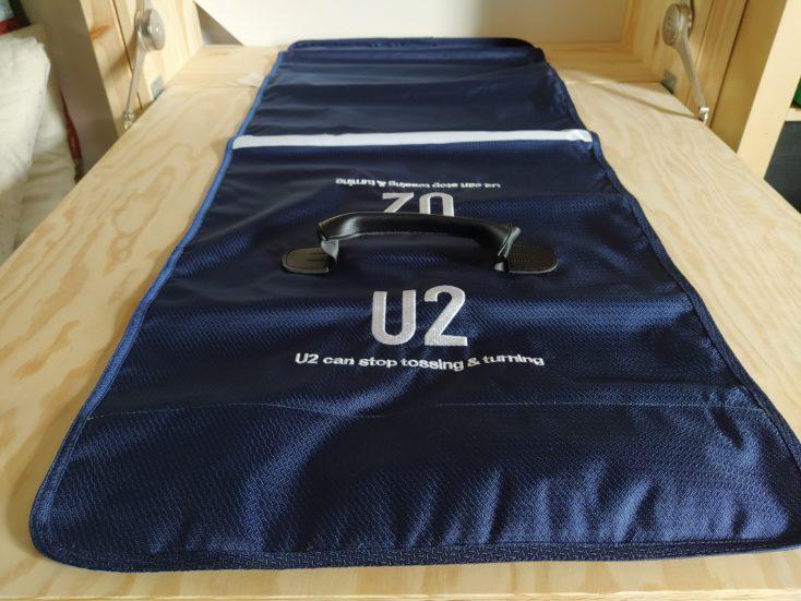 U2 Kissen Tragetasche ausgerollt