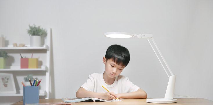 Yeelight Serene Kind am Schreibtisch