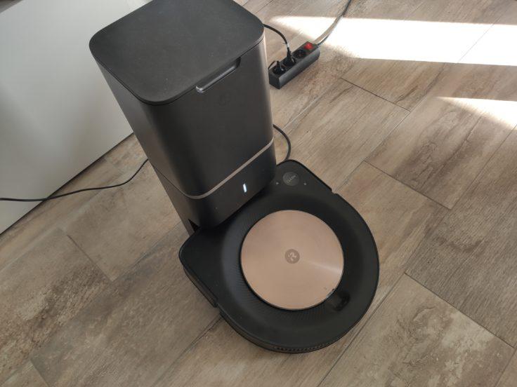 iRobot Roomba s9 Saugroboter an Absaugstation Wohnzimmer
