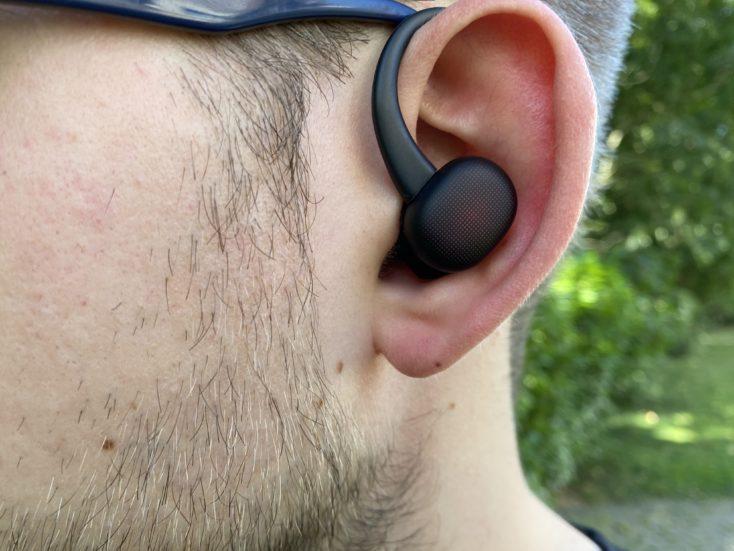 Amazfit PowerBuds im Ohr mit Buegel