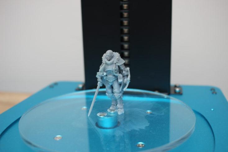Anycubic Washing & Curing Machine - Modell (Ritter) auf der Drehscheibe vor den UV-Lampen