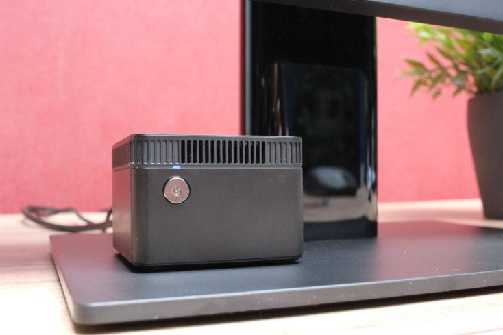 CHUWI LarkBox Computer auf dem Monitor