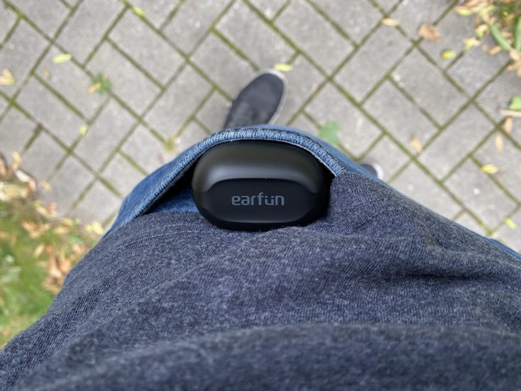 EarFun Air Kopfhoerer in der Hosentasche