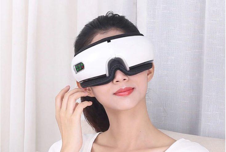 Frau trägt Massage-Augenmaske