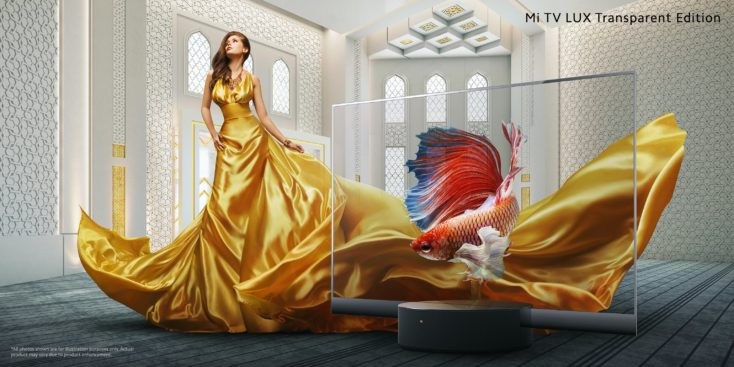 Mi TV Lux Transparent Edition mit Frau in goldenem Kleid