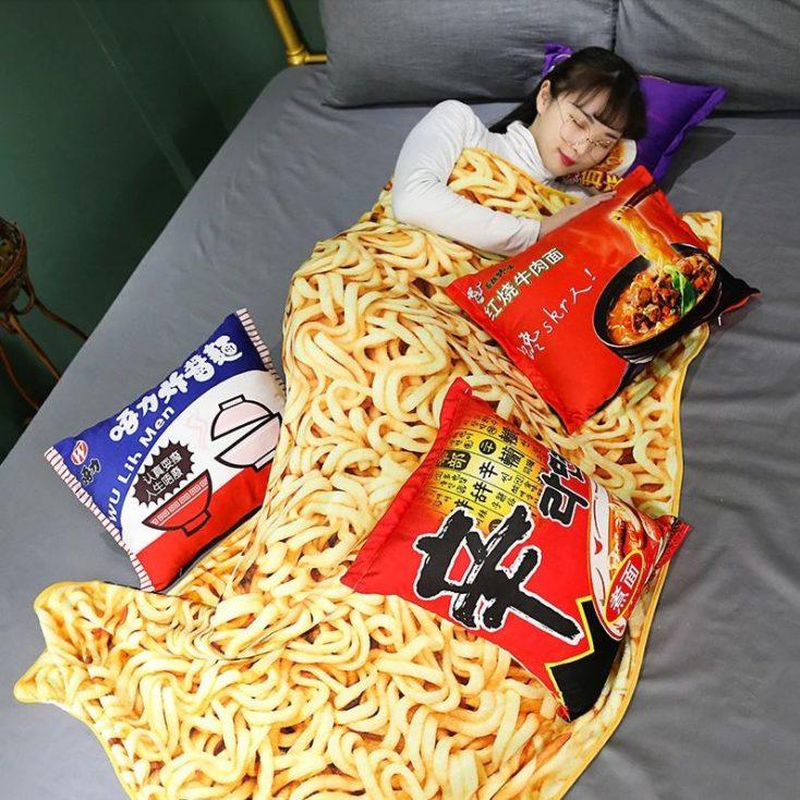 Frau liegt im Bett mit Ramen-Decke und Kissen