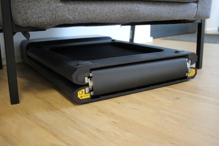 WalkingPad A1 Pro verstaut unterm Sessel