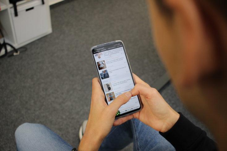 Xiaomi Mi 10T Pro Smartphone in Benutzung