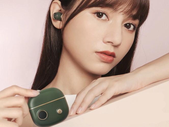 EDIFIER Unibuds Kopfhoerer im Ohr und in der Hand