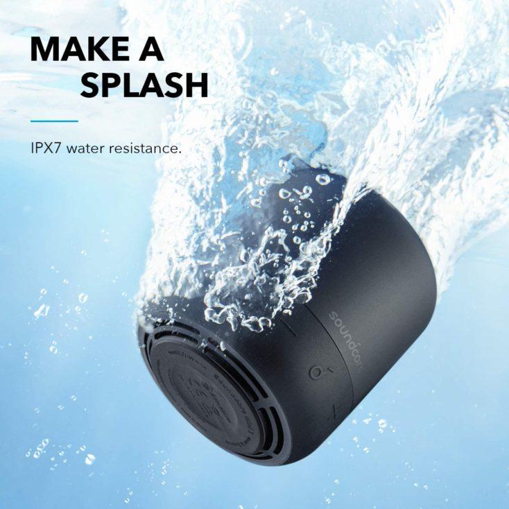 Anker Soundcore Mini 3 Lautsprecher Werbegrafik im Wasser mit Angabe der IPX7 Schutzklasse