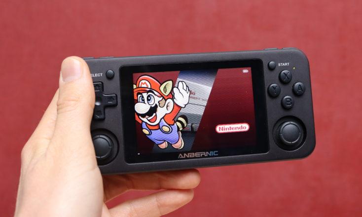 Anbernic RG351 Spielekonsole in Hand Mario