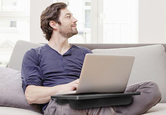 Huanuo Laptopkissen auf der Couch