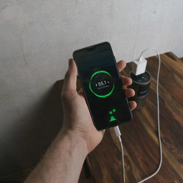 Novoo AC Powerbank laedt Handy