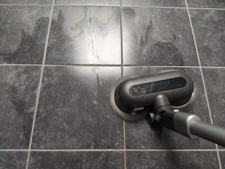 Roidmi NEX 2 Plus Akkusauger mit rotierenden Wischmoppen im Einsatz im Badezimmer