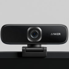 Anker PowerConf C300 Webcam auf dem Monitor
