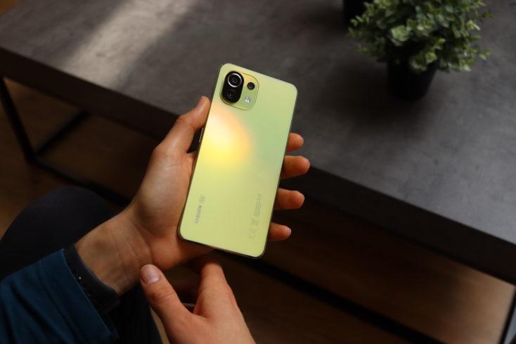 Xiaomi Mi 11 Lite 5G in Hand Rueckseite