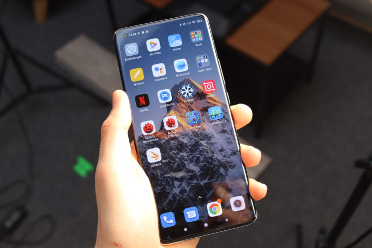 Xiaomi Mi 11 Ultra in Hand