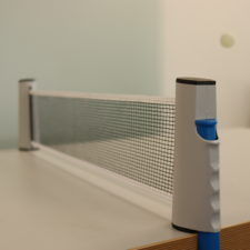 Ausziehbares Tischtennisnetz gespannt
