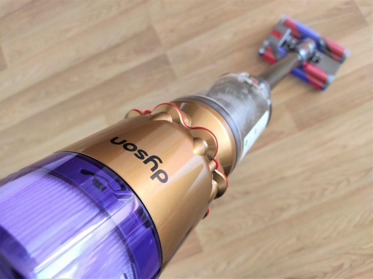 Dyson Omni-Glide Akkusauger im Einsatz Hartboden