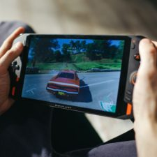 One XPlayer Handheld in der Hand