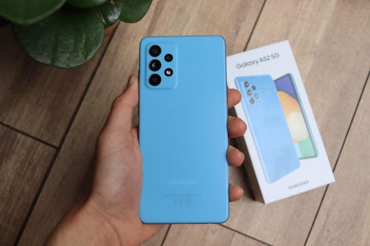 Samsung Galaxy A52 5G Smartphone Rueckseite in Hand