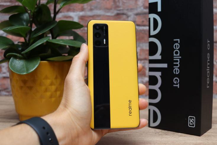Realme GT Smartphone Rueckseite in Hand