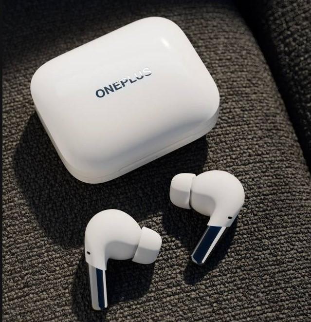 OnePlus Buds Pro Kopfhoerer in weiß auf der Couch