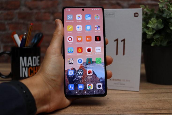 Xiaomi 11T Pro Smartphone Display in Hand dunkel
