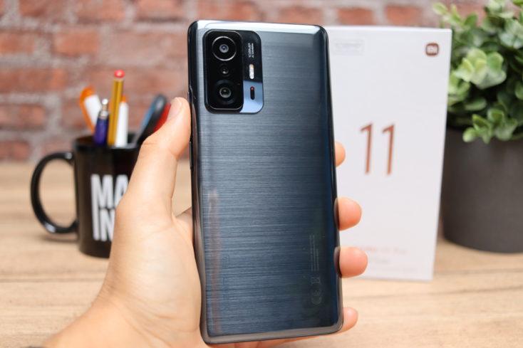 Xiaomi 11T Pro Smartphone Rueckseite Schwarz in Hand