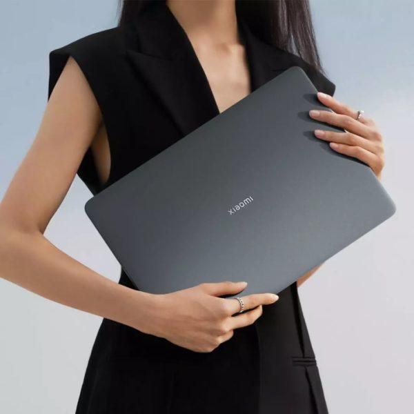 Xiaomi Notebook Pro X 14 in der Hand